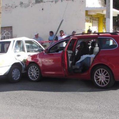 Chocan contra taxi en Toluca y abandonan el auto donde transportaban el cadáver de una mujer
