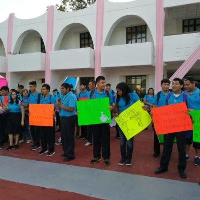 Se manifiestan padres de familia en Cancún contra cierre de CAED, tras despido de docente