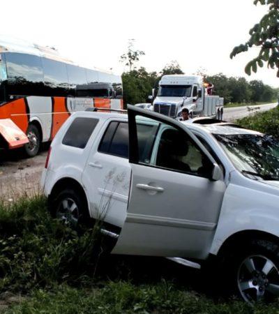 Choca camioneta con autobús en libramiento carretero de Cancún