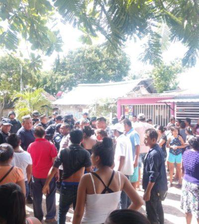 """Arrojan piedras a policías y marinos que desalojaron a tres familias en la colonia """"El Sheriff"""" de Cancún"""