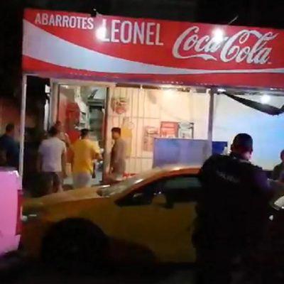 Asaltantes golpean a encargados de tienda en Cancún, por no tener dinero