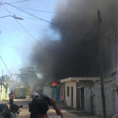 Bomberos combaten incendio de palapa en la Supermanzana 66 de Cancún