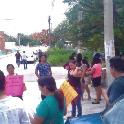 Padres de familia se manifiestan afuera de preescolar por falta de maestro en Felipe Carrillo Puerto