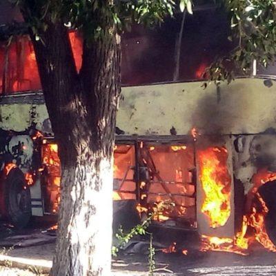 Queman normalistas camión en Tuxtla Gutiérrez durante operativo de desalojo en su contra