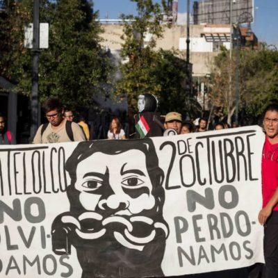 Pide AMLO 'fuera máscaras' en marcha por aniversario del movimiento estudiantil del 68