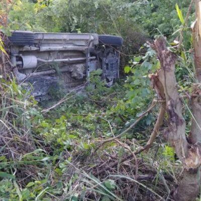 Volcadura de camioneta deja una mujer lesionada en Bacalar