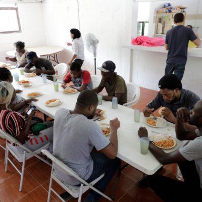 LLEGAN MIGRANTES ENVIADOS POR SOLALINDE A LAURA: Recibe Ayuntamiento de Solidaridad a 22 haitianos y nicaragüenses en albergue de Puerto Aventuras