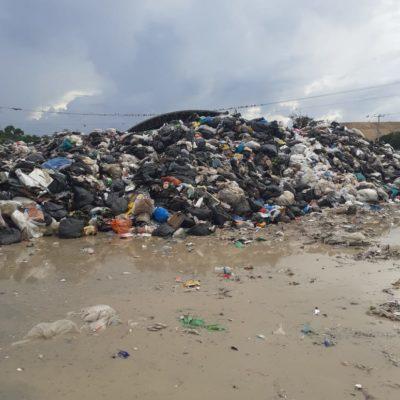 Exceso de basura y lluvias provocan desbordamiento y derrame de lixiviados en lacelda número uno del relleno sanitario de Cancún