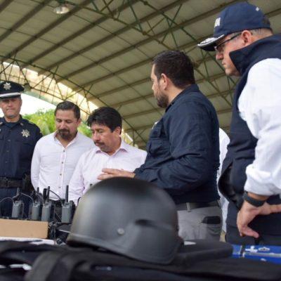 Entrega Víctor Mas Tah equipamiento a la Policía Municipal de Tulum