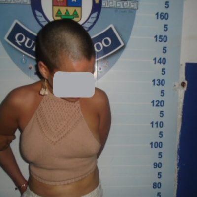 Mujer detenida por causar alboroto en Plaza Puerto Cancún; ella denuncia abuso policiaco