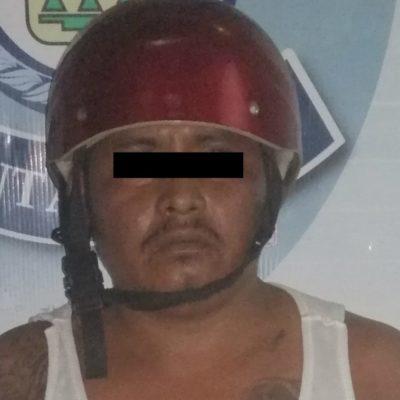 ¡Al FIN!, ¡AGARRAN A UN 'CUELGAMANTAS'!: Detienen a un motociclista con droga cuando pretendía colocar una manta con amenazas en puente de la Avenida Portillo de Cancún