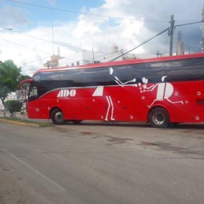 Falla mecánica de autobús ADO afecta tránsito vehicular de José María Morelos