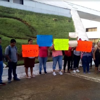 Padres de familia hacen plantón frente a la SEQ en Chetumal por falta docentes en siete escuelas rurales de la zona sur