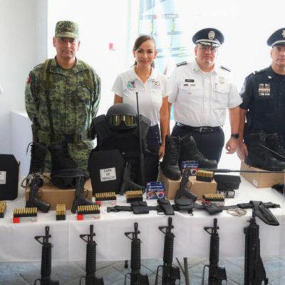 Entregan Laura Fernández y Alberto Capella equipo y armamento a policías municipales de Puerto Morelos