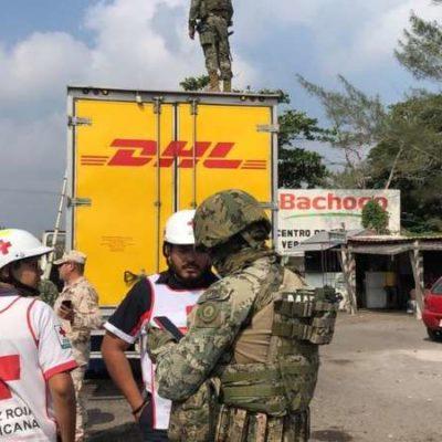 Rescatan en Veracruz a migrantes que viajaban hacinados en camión 'clonado'