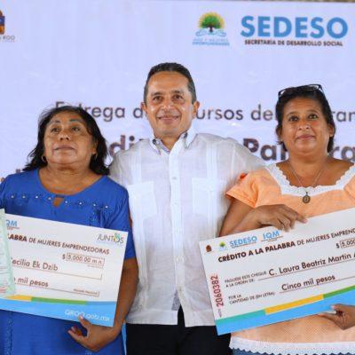 Entrega Carlos Joaquín 'créditos a la palabra' a 250 mujeres y títulos de propiedad a 53 familias de Cozumel