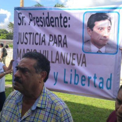 Ciudadanos exigen la libertad del exgobernador Mario Villanueva durante visita de Andrés Manuel López Obrador a Carrillo Puerto