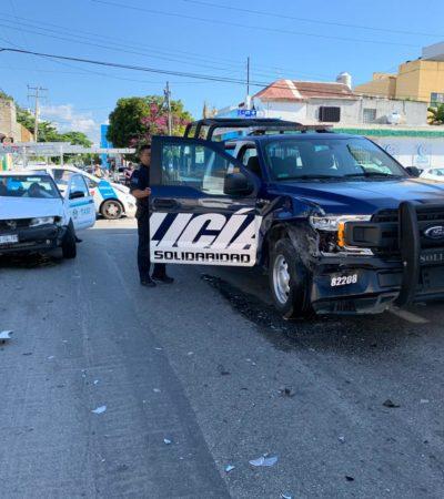 Taxi choca con patrulla policiaca en Playa del Carmen
