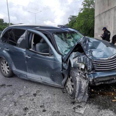Destroza su carro al chocar contra base de puente en la carretera de cuota hacia El Tintal.