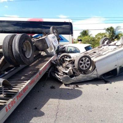 Volcadura de grúa en la carretera Tulum-Playa del Carmen deja tres personas lesionadas