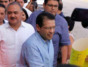 Trabajadores reciben con protestas al director general del ISSSTE en Chetumal, que realiza gira para verificar condiciones de la infraestructura hospitalaria