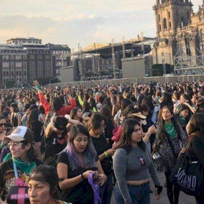 Congrega 'Un violador en tu camino' a cientos de mujeres en el Zócalo de la CDMX