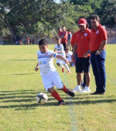 Directiva de Pioneros de Cancún dota de indumentaria a los centros de formación deportiva