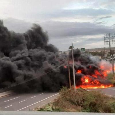 VIDEO   Esquivan temerarios conductores pipa volcada en Veracruz… y estalla