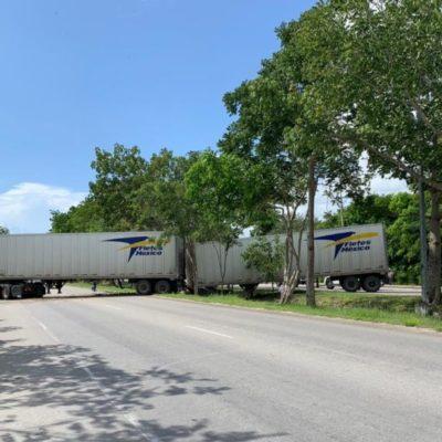 Trailer queda atravesado en el boulevard Playa del Carmen al intentar maniobrar para no volcarse