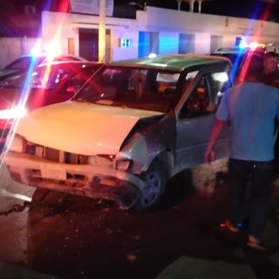 'Vocho' destroza a camioneta en Chetumal
