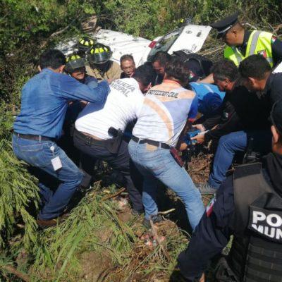 PATRULLAZO EN LA CARRETERA POR PUNTA MAROMA: Choca vehículo policiaco y saca de carretera a otro carro; hay dos heridos