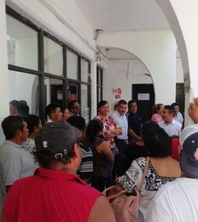 Burócratas que fueron transferidos del Ayuntamiento de BJ a Puerto Morelos durante administración de Paul Carrillo, se manifiestan para exigir pago de finiquito