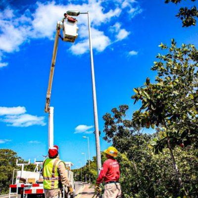 Rehabilitan alumbrado público en la carretera que conduce a Punta Sam