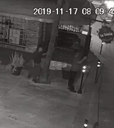 Exhiben video de sujetos que en un lapso de 9 minutos se roban la icónica bicicleta de la cafetería La Biela en Cancún
