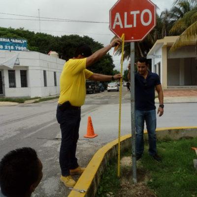 Colocan señalética en cruces viales de la avenida Joaquín Zetina Gasca con el objetivo de evitar accidentes vehiculares en Puerto Morelos