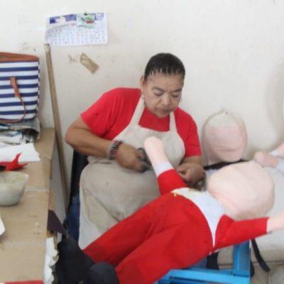 Personas con discapacidad fabrican piñatas para contribuir a la convivencia familiar y alegría decembrina