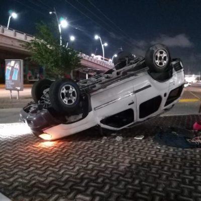 Conductor ebrio choca a repartidor del periódico Novedades y vuelca en Playa del Carmen