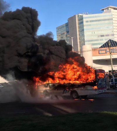CONSUME INCENDIO UN AUTOBÚS: Se quema unidad de Maya Caribe frente a Plaza Las Américas de Cancún sin causar heridos; chofer huye
