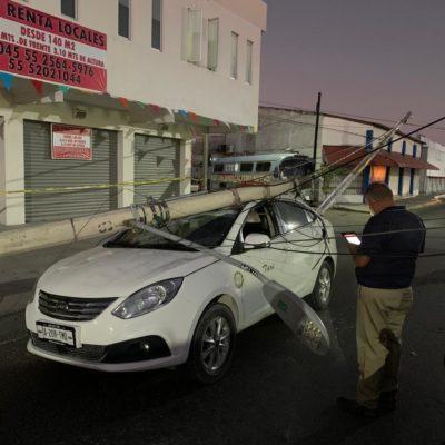 CHUZA DE CINCO POSTES EN LA UXMAL: Tráiler derriba infraestructura de la CFE y daña fila de autos en Cancún
