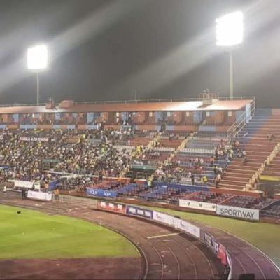 FRACASA LA TAQUILLA DEL PARTIDO DE RONALDINHO: Tras retraso de hora y media, la ex estrella del Barcelona juega en un estadio medio vacío en Cancún
