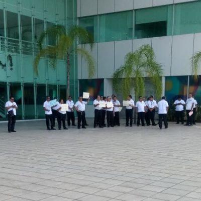 Transportistas de Green Line se manifiestan por prohibición de Asur para acceder a la terminal 3 del Aeropuerto Internacional de Cancún