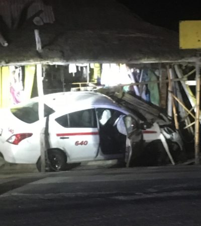 Se estrella taxi contra puesto de artesanías en Cozumel