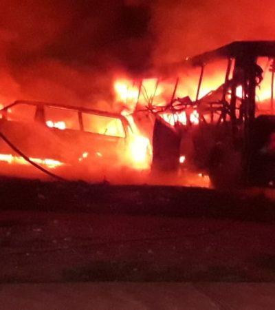 QUEMAZÓN EN VILLAS OTOCH DE CANCÚN: Se calcina autobús y daña otros autos