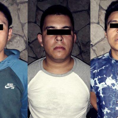 Detienen a tres jóvenes que asaltaron con cuchillo en mano una tienda de autoservicio y se llevaron 19 botellas de licor en Cancún