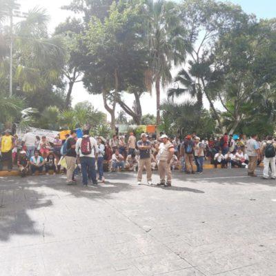 Protestan más de 400 enfermeros y personal de vectores por falta de pago y equipo en Yucatán