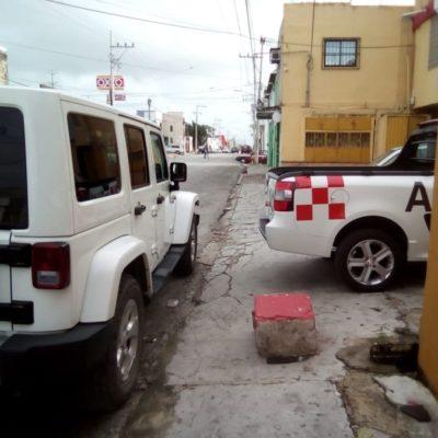 Exigen vecinos a dueños de talleres mecánicos retirar autos de las banquetas en la avenida Talleres de Cancún