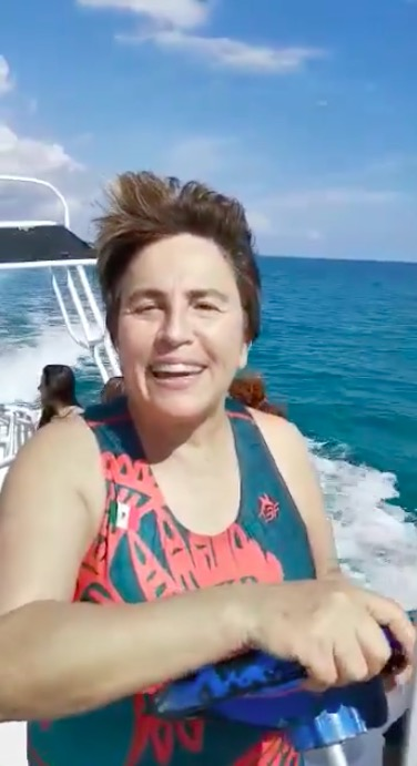 """""""LA GENTE EN LA PLAYA… LA GENTE VOLANDO"""": Desde una lancha, envía Alcaldesa Laura Beristain mensaje de fin de año"""
