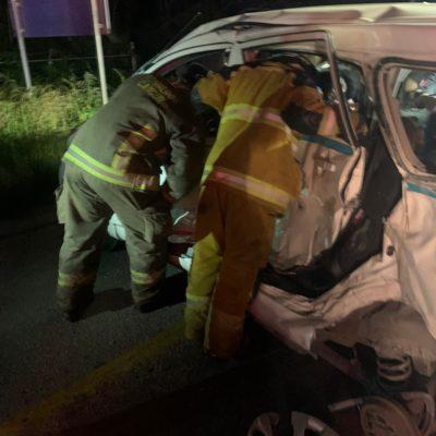APARATOSO ACCIDENTE EN EL LIBRAMIENTO DE LA CANCÚN-MÉRIDA: Camión de carga impacta a un taxi de Playa del Carmen