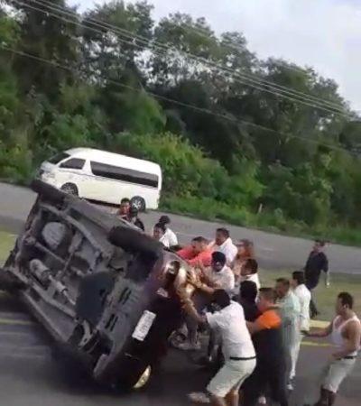 Vuelca vehículo tras estallarle una neumático en la carretera federal Playa del Carmen-Tulum