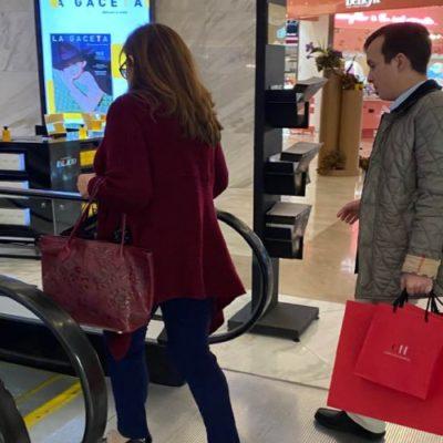 Viralizan foto de Yeidckol Polevnsky en la que un ayudante le carga sus bolsas de Carolina Herrera